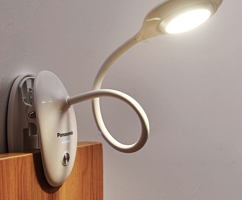 Как правильно установить и прикрепить настольную лампу к столу