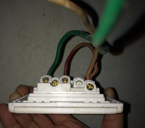 Как соединить выключатель с розеткой при подключении светильника